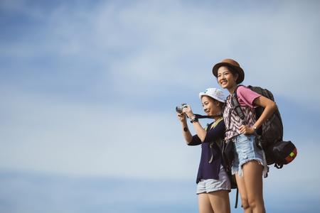 Foto de Asian tourists are photographing travel women - Imagen libre de derechos