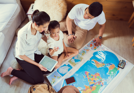 Photo pour Asian family are planning to around the world. the image focus plane was carrying a child. - image libre de droit