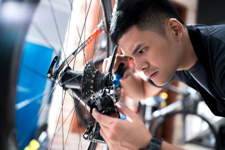 Foto de Repair technician bicycles was repaired gear bike shop. - Imagen libre de derechos