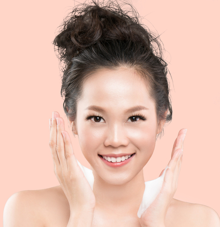 Photo pour Asian women are going to use a facial foam to wash cosmetics off the face. - image libre de droit