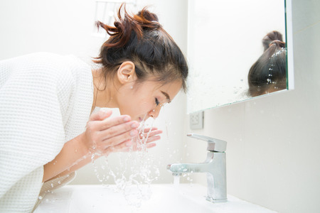 Photo pour Woman wakes from sleep and she was cleansing the morning before shower - image libre de droit