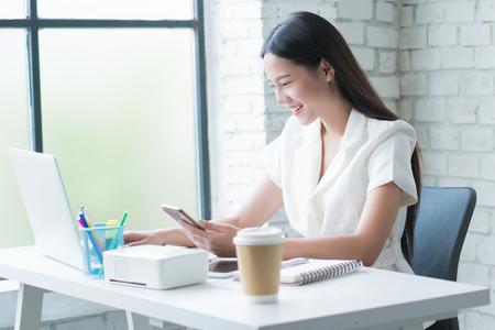 Foto de Asian woman  working happily - Imagen libre de derechos