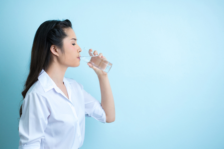 Photo pour Asian women working outfits are drinking water - image libre de droit