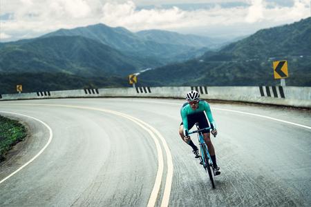 Foto de Cyclists are cycling, climbing up to the top. - Imagen libre de derechos