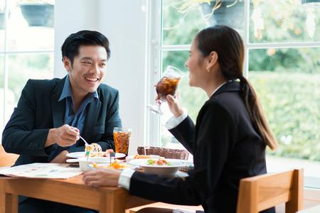 Foto de Asian businesspeople are on break for lunch at a restaurant. - Imagen libre de derechos