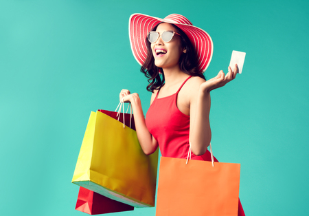 Photo pour Women are shopping In the summer she is using a credit card and enjoys shopping. - image libre de droit