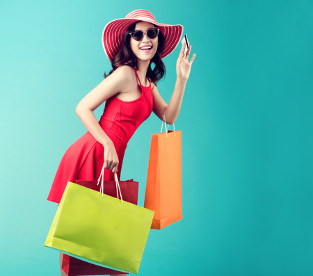 Foto für Women are shopping In the summer she is using a credit card and enjoys shopping. - Lizenzfreies Bild