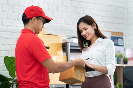Foto de business woman receiving a parcel - Imagen libre de derechos
