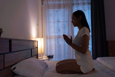 Photo pour Women are buddhist begging before sleep. - image libre de droit