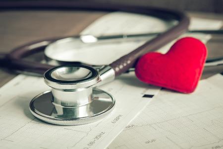 Foto de Stethoscope with heart and cardiogram - Imagen libre de derechos