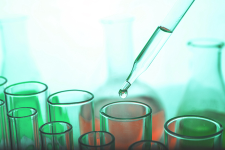 Foto de Dropping chemical liquid to test tube - Imagen libre de derechos