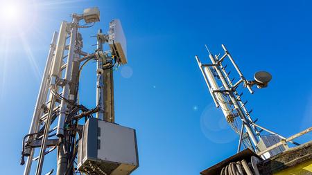 Foto de 5G smart mobile telephone radio network antenna base station on the telecommunication mast radiating signal - Imagen libre de derechos