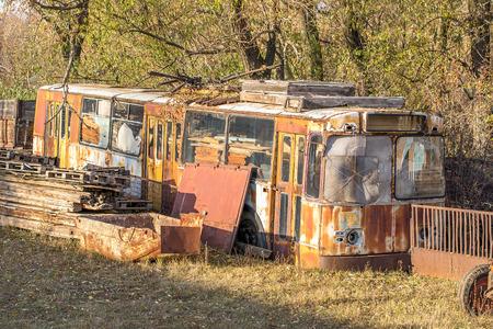 Foto de old broken rusty trolleybus in the form of scrap metal in a dump - Imagen libre de derechos