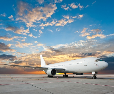 Foto de Commercial airplane with nice sky - Imagen libre de derechos