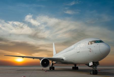 Foto de Commercial airplane with sunset - Imagen libre de derechos
