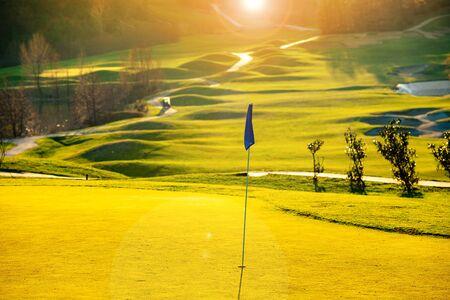 Photo pour Golf course in the fall - image libre de droit