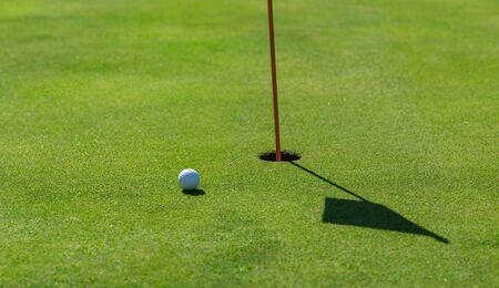 Photo pour golf ball in a driving range - image libre de droit