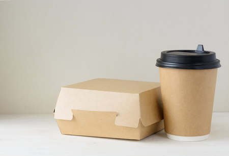 Photo pour craft paper coffee cup and food box on the table - image libre de droit