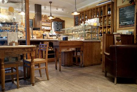 Foto de MOSCOW, RUSSIA - NOVEMBER 23, 2017: Cozy Cafe and bakery shop interior in the city center - Imagen libre de derechos