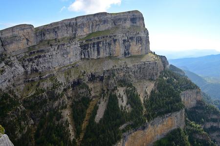 Foto de Staggering Sestrales Track in beautiful Parque Nacional de Ordesa y Monte Perdido, Pyrenees, Spain, Europe - Imagen libre de derechos