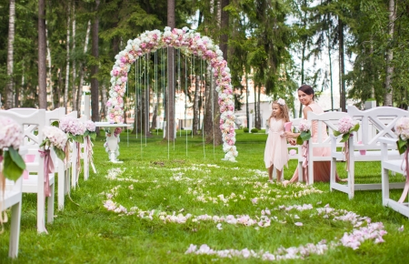 Photo pour Wedding benches with guests and flower arch for ceremony outdoors - image libre de droit
