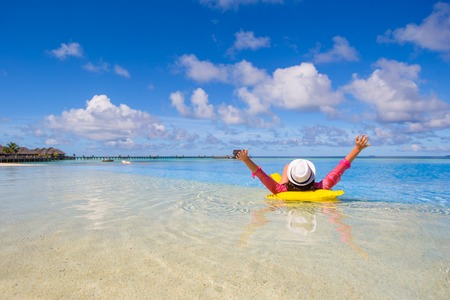 Photo pour Young happy woman relaxing wit yellow beach - image libre de droit