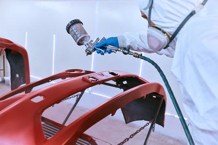 Foto de Painting the car's bumper red on the service. - Imagen libre de derechos
