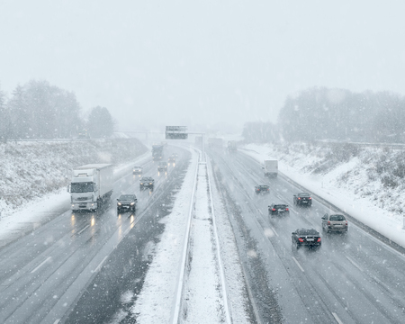 Photo pour Winter Driving - Commuter Traffic - image libre de droit