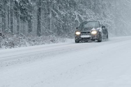 Foto de Winter Driving - country road in winter - of snow and ice risk - Imagen libre de derechos