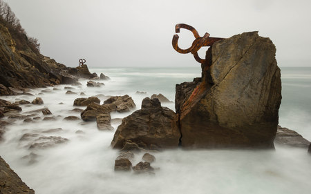 Foto de Combing the sea breeze sculpture, San Sebastian, Spain - Imagen libre de derechos