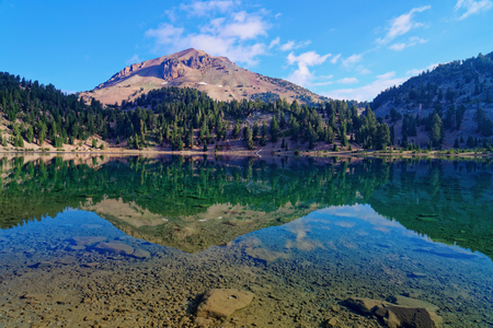 Foto de Reflections off Lake Helen in Lassen Volcanic National Park, California - Imagen libre de derechos