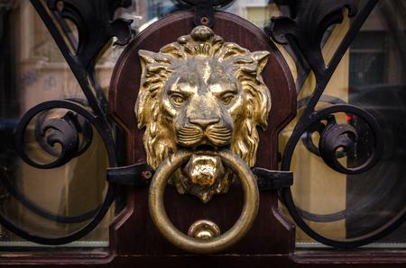 Photo pour Door knocker in the shape of a golden lion. - image libre de droit