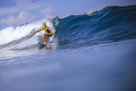 Photo pour Surfer girl on Amazing Blue Wave, Bali island. - image libre de droit