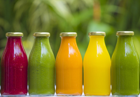 Photo pour Organic cold-pressed raw vegetable juices in glass bottles - image libre de droit