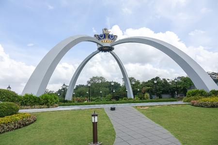 Foto de JOHOR BAHRU, MALAYSIA, 10 MARCH 2018. Sultanate crown monument as a new landmark in the city. Attractive tourism spot. - Imagen libre de derechos