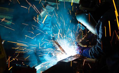 Foto de The working in Welding skill up. Manufacturing of car - Imagen libre de derechos