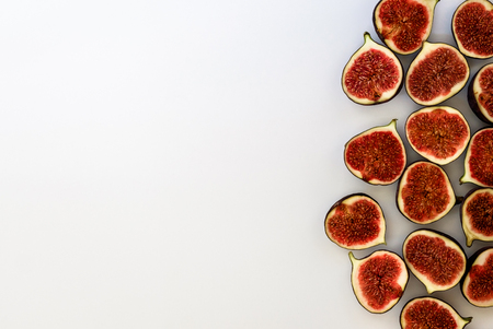Foto de Pattern of sliced ripe figs isolated on white background. Fruit illustration. Food photo. Flat lay, Top view. Copyspace. - Imagen libre de derechos