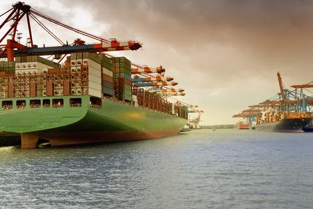 Foto de container ship in the harbour of Waltershof in Hamburg, Germany - Imagen libre de derechos