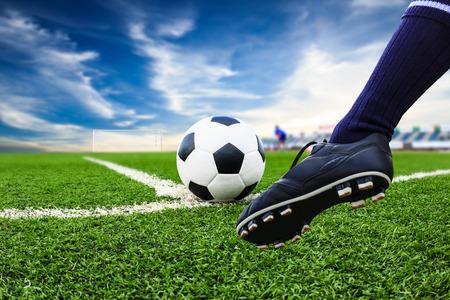 Photo pour foot kicking soccer ball - image libre de droit