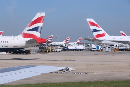 Foto de LONDON, UK - APRIL 16, 2014: British Airways Airbus A320s and A380 at London Heathrow airport. BA operates fleet of 283 aircraft (largest in the UK) and is largest operator of 747 with 55 aircraft (2014). - Imagen libre de derechos