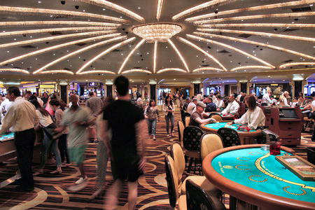 Foto de LAS VEGAS, USA - APRIL 14, 2014: People visit Caesar's Palace casino resort in Las Vegas. The famous casino resort has almost 4,000 rooms. - Imagen libre de derechos