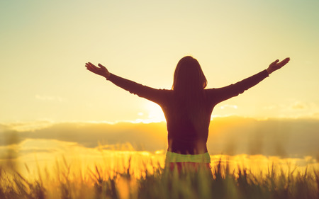 Photo pour Woman feeling free in a beautiful natural setting. - image libre de droit