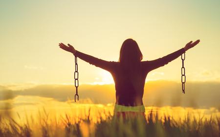 Foto de Woman feeling free in a beautiful natural setting. - Imagen libre de derechos