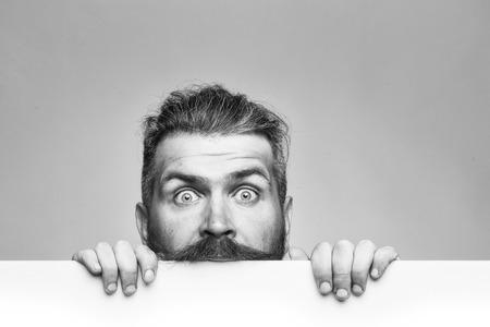 Photo pour place for your announcement. surprised man with paper - image libre de droit