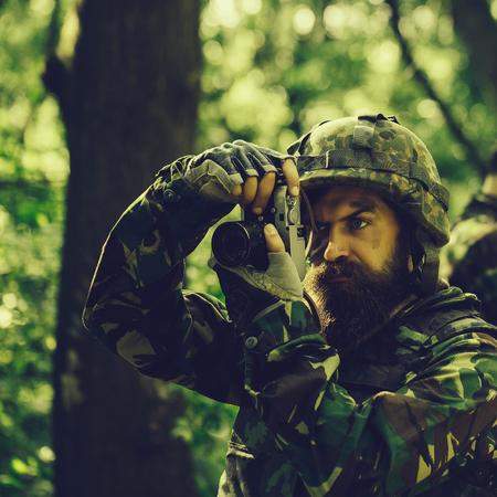 Foto de Soldier with camera in forest - Imagen libre de derechos