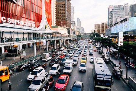 Foto de BANGKOK, THAILAND - December 14 2019: Heavy traffic in front of Central World. Central World is one of the most jammed traffic congestion in Bangkok metro city - Imagen libre de derechos