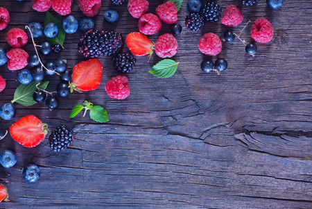 Photo pour berries on the wooden table, mixed berries - image libre de droit