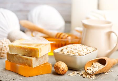 Foto de spa produkts on a table, stock photo - Imagen libre de derechos