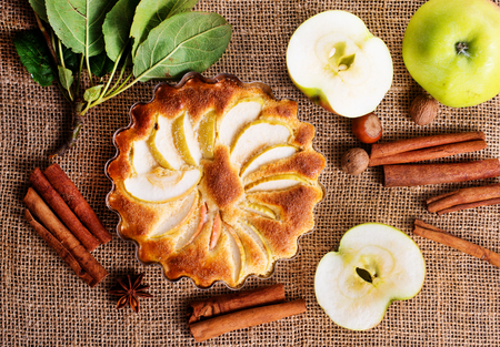 Foto de apple pie with cinnamon on a table - Imagen libre de derechos