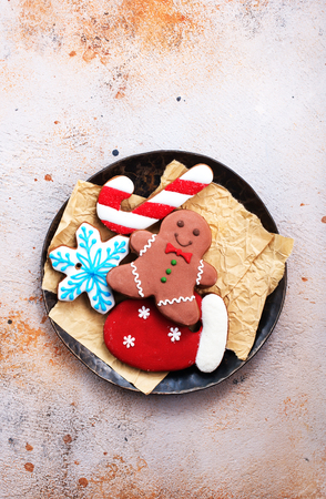 Photo pour sweet christmas cookie on plate and on a table - image libre de droit